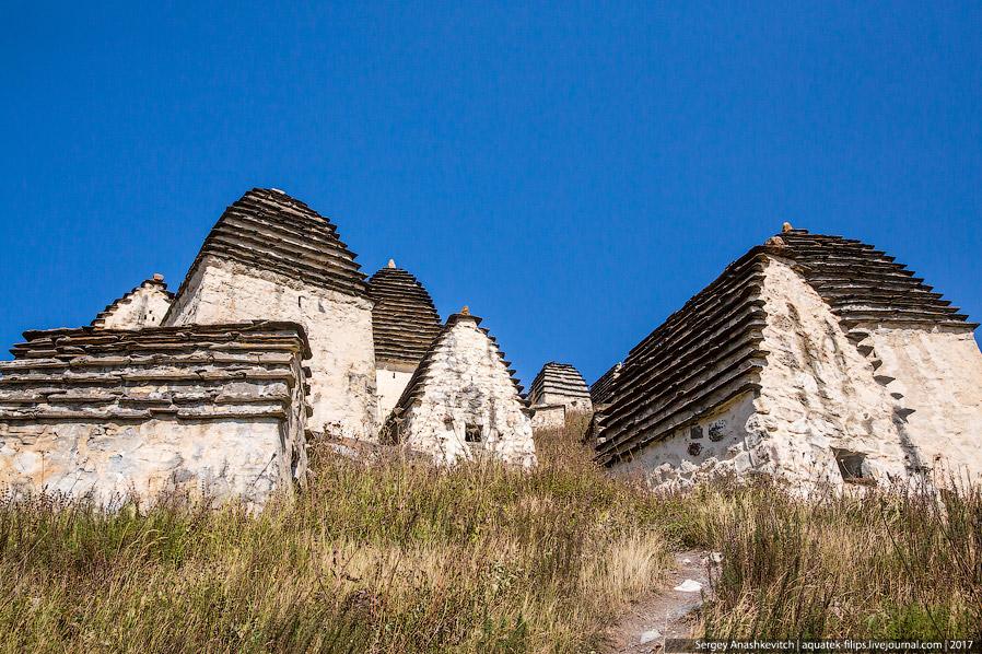 5. Одни склепы располагаются над землей, и их крыша представляет собой ступенчатую пирамиду, собранн