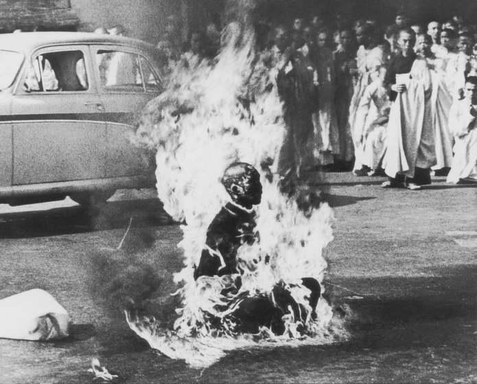 Сайгон, Вьетнам. Буддийский монах Тич Куанг Дюк (Thich Quang Duc) сжег себя в знак протеста против п