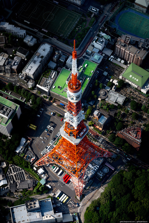 17. Основная нагрузка Tokyo Tower сегодня уже не телекоммуникационная, а туристическая: в год её пос
