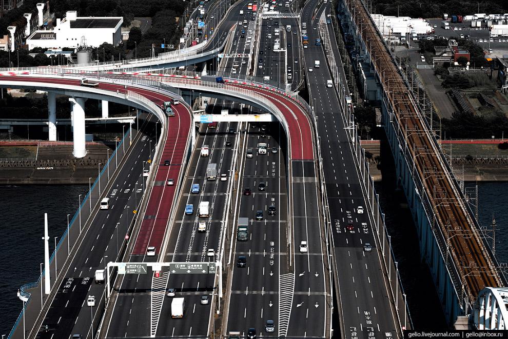59. В японских небоскрёбах нередко экономят энергию при помощи «световых колодцев». В здание через к