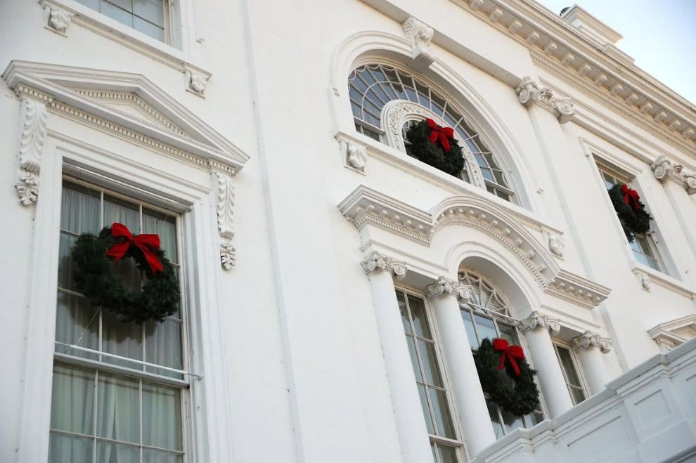 6. Белый дом украшали более 150 добровольцев из 29 штатов, потратив на это 1600 человеко-часов. (Фот