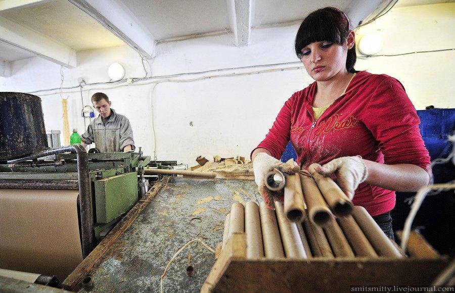 Для устойчивости в каждую гильзу будущего фейерверка должны насыпать точно отмеренную порцию измельч