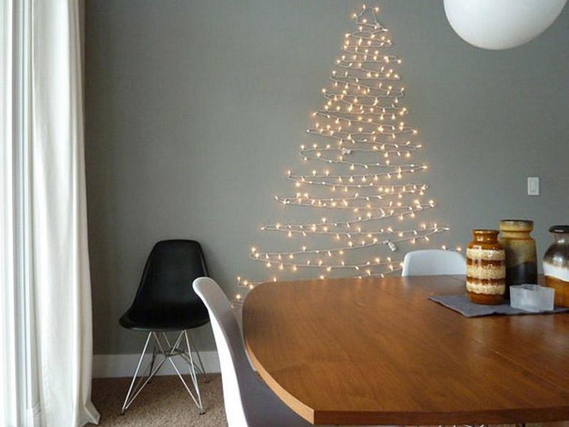 17. Гирлянда в форме елки на стене — и празднично, и декор квартиры обновлен.
