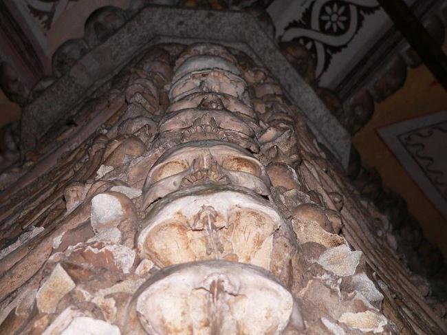 Часовня костей была построена в XVI веке францисканским монахом, который хотел донести до своих брат