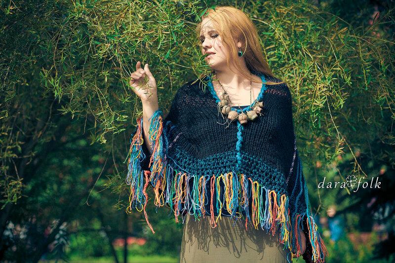 Модное вязаное пончо в бохо стиле.