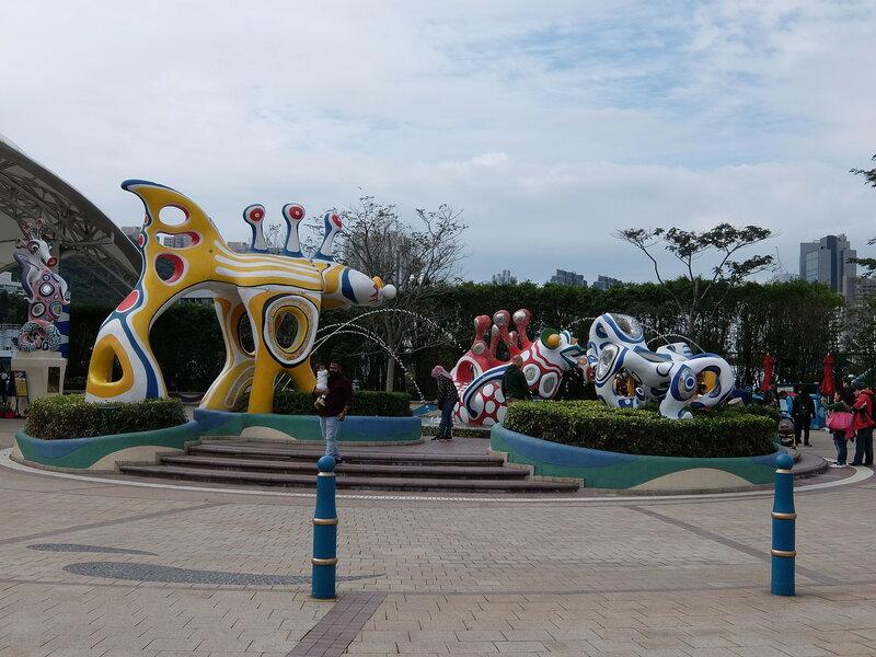Гонконг - Oкеанический парк - Скульптуры на входе