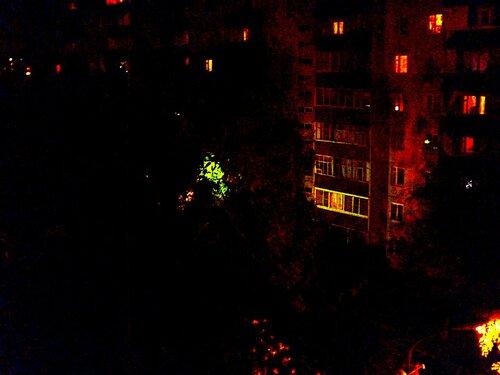 Ульяновск.Изумрудный и рубиновый свет ночного фонаря во дворе