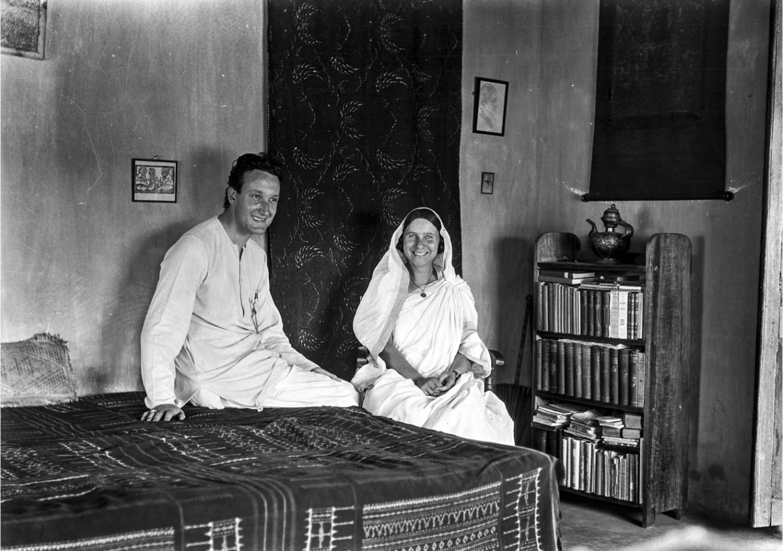 1321. Европейцы в индийской одежде, предположительно студенты Рабиндраната Тагора