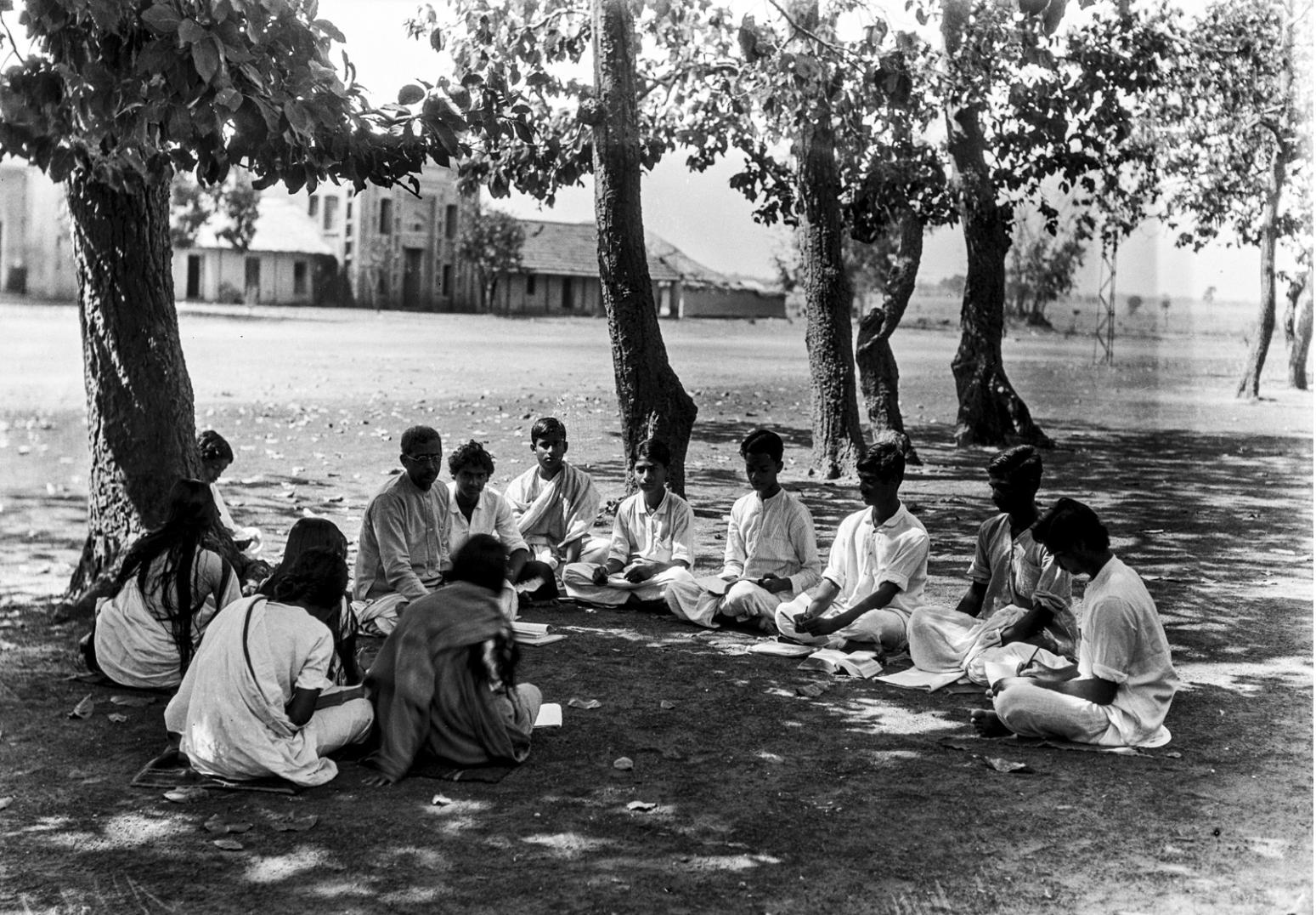 1336. Шантиникетан. Группа студентов во время лекции на открытом воздухе