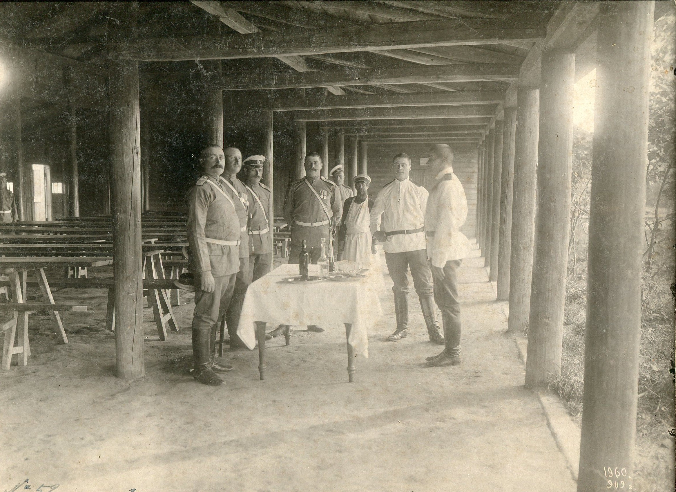 Фотография с группой подпрапорщиков в столовой