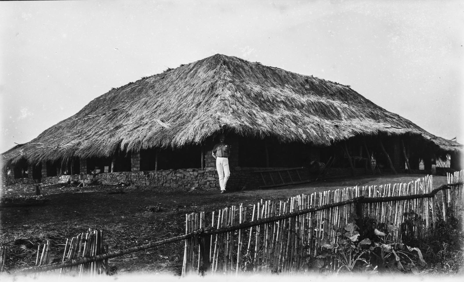 350. Один из исследователей возле дома станции немецкого общества Восточной Африки (ДОАГ) в Корогве