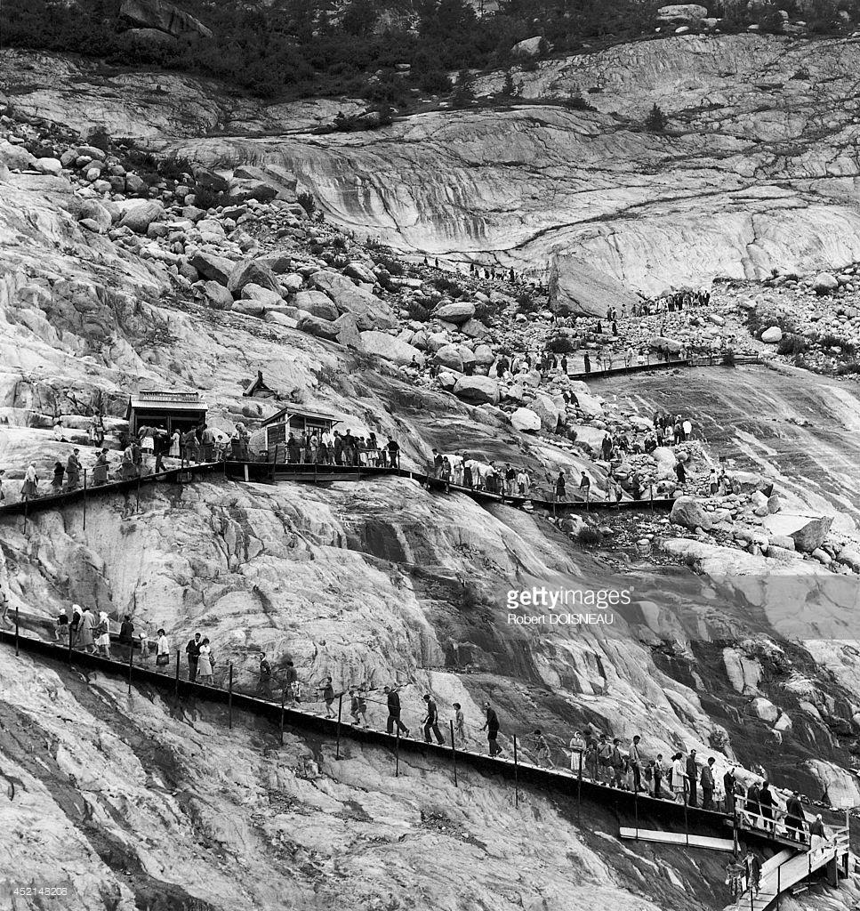 1959. Люди, гуляющие по леднику Мер-де-Глас в Шамони