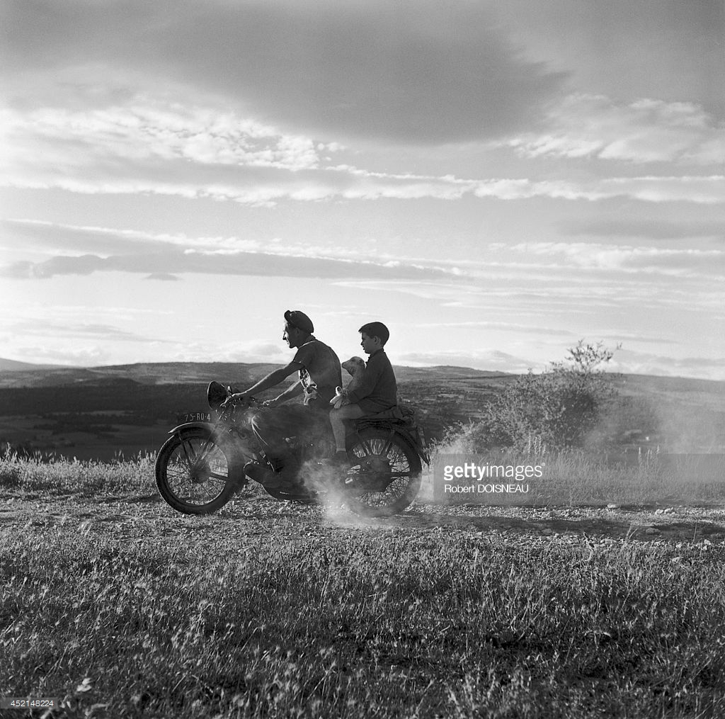 1959. Мужчина с ребенком и овечкой на мотоцикле в июне  года в Монтустине