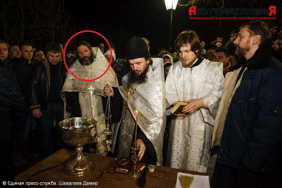 Отец Владимир (Владимир Гаврилов) участвует в службе на крещение в ночь с 18 на 19 января этого года.