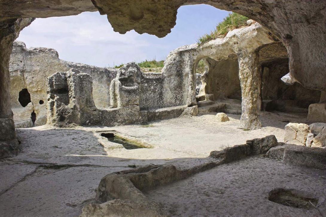 Руины хозяйственных построек Эски-Кермен