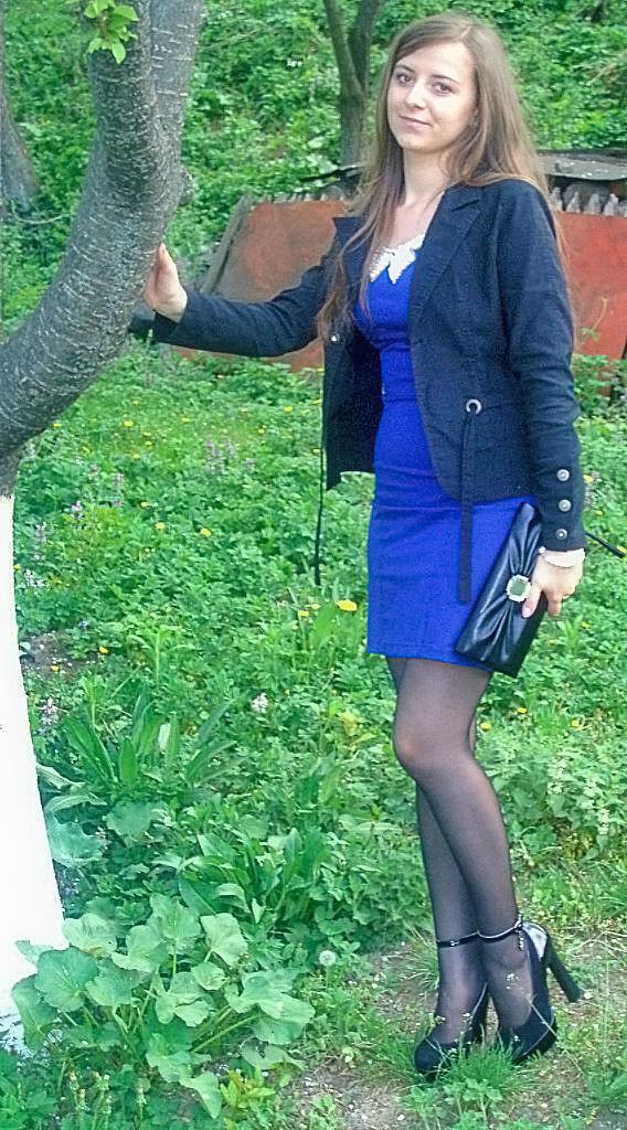 Светлорусая школьница возле дерева