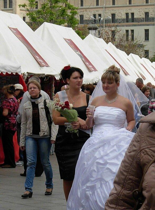 А это свадьба, свадьба...