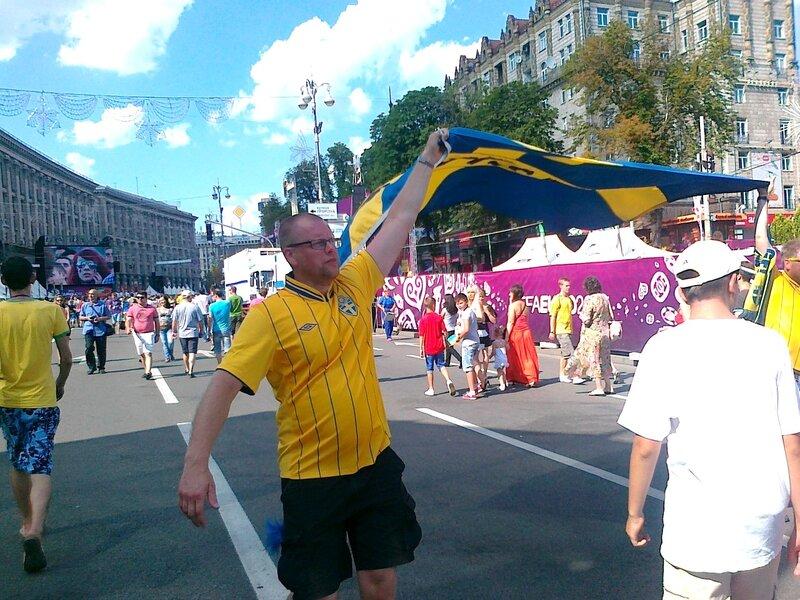 Шведские фаны с флагом