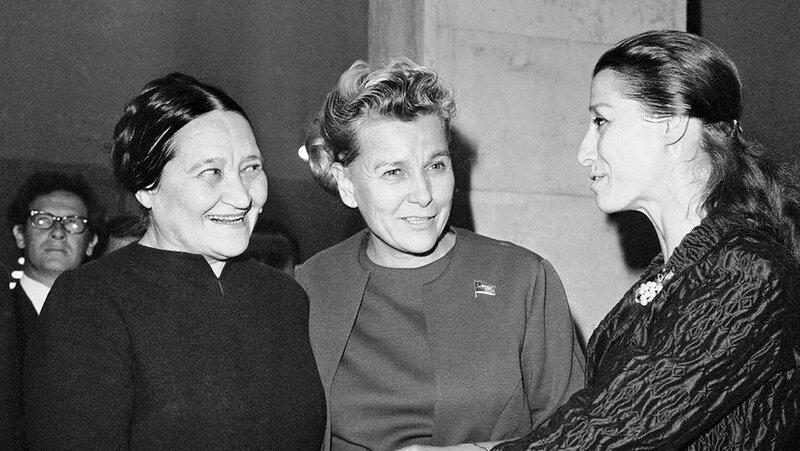 Министр культуры СССР Екатерина Фурцева ( в центре) и балерина Майя Плисецкая (справа) беседуют с художницей Надеждой Леже, 1968 год.jpg