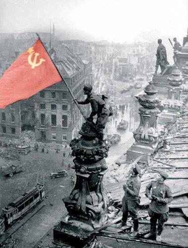 Советские воины водрузили Знамя Победы над рейхстагом в Берлине (30 апреля)