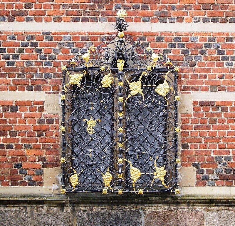 Окно королевских покоев, украшенное позолоченной решеткой с вензелем короля Кристиана IV (С4).