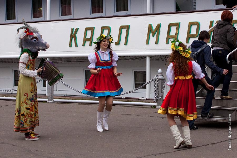 Танцоры перед теплоходом Карл Маркс