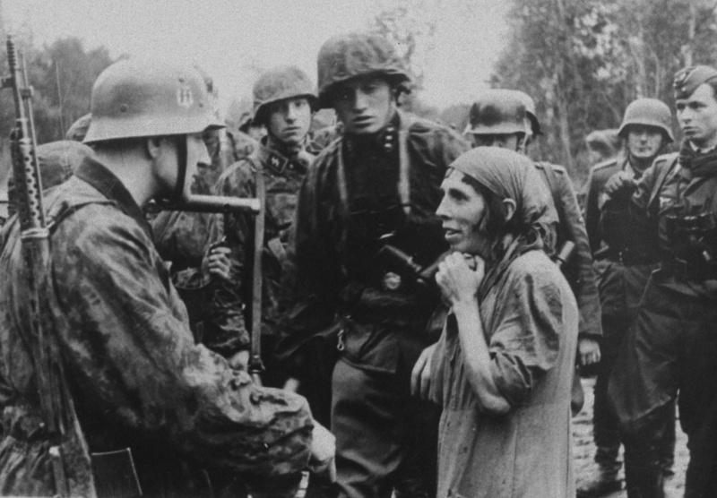 Унтерштурмфюрер СС допрашивает советскую разведчицу.jpeg