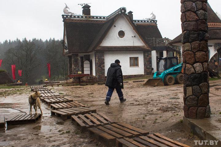 В доме еще идут работы, и строители заодно выступают как экскурсоводы: рассказывают об усадьбе и пок