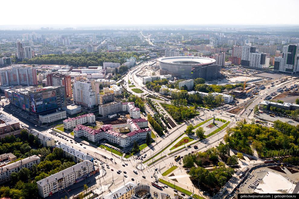 37. Центральный стадион. Построен в районе площади Коммунаров в середине XX века. В 2006-11 годах на