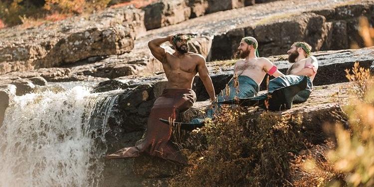 Брутальные бородачи снялись для «бродуарного» календаря в одних русалочьих хвостах (8 фото)