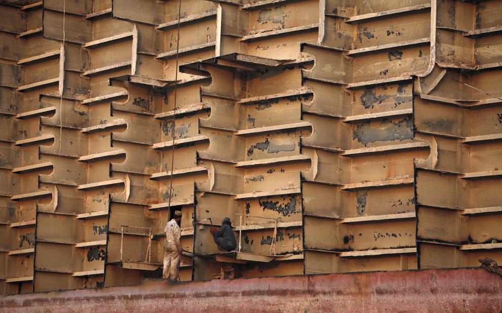 4. А это вид со спутника на кладбище кораблей в Читтагонге, Бангладеш. (Фото © Google, Inc.):