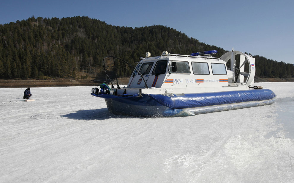 Учения спасателей на покрытом льдом Енисее, 18 апреля 2013: