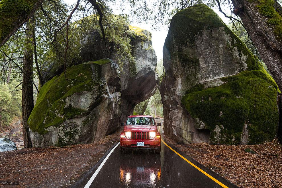 От отеля до сердца парка примерно 30 км с подъёмом в гору. И если внизу льёт дождь, то наверху дождь