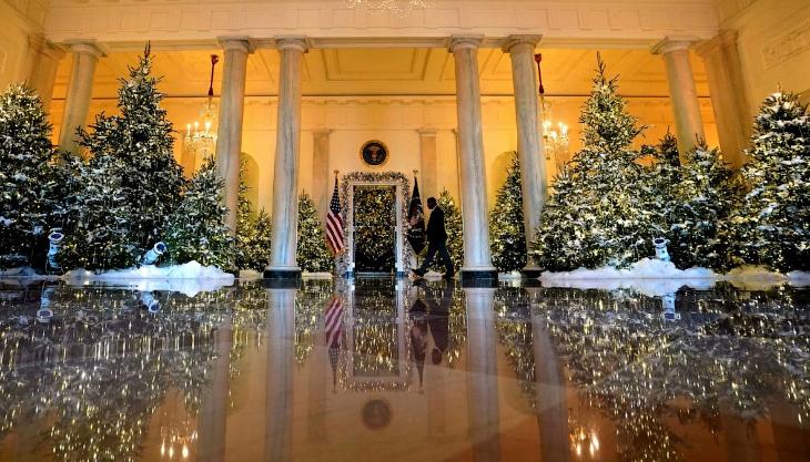Да, в Белом доме уже готовы встречать Новый год.  Это Голубой зал — овальная комната Белого дом