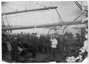 Седов Г. Я. и участники экспедиции с провожающими на палубе судна перед выходом в море