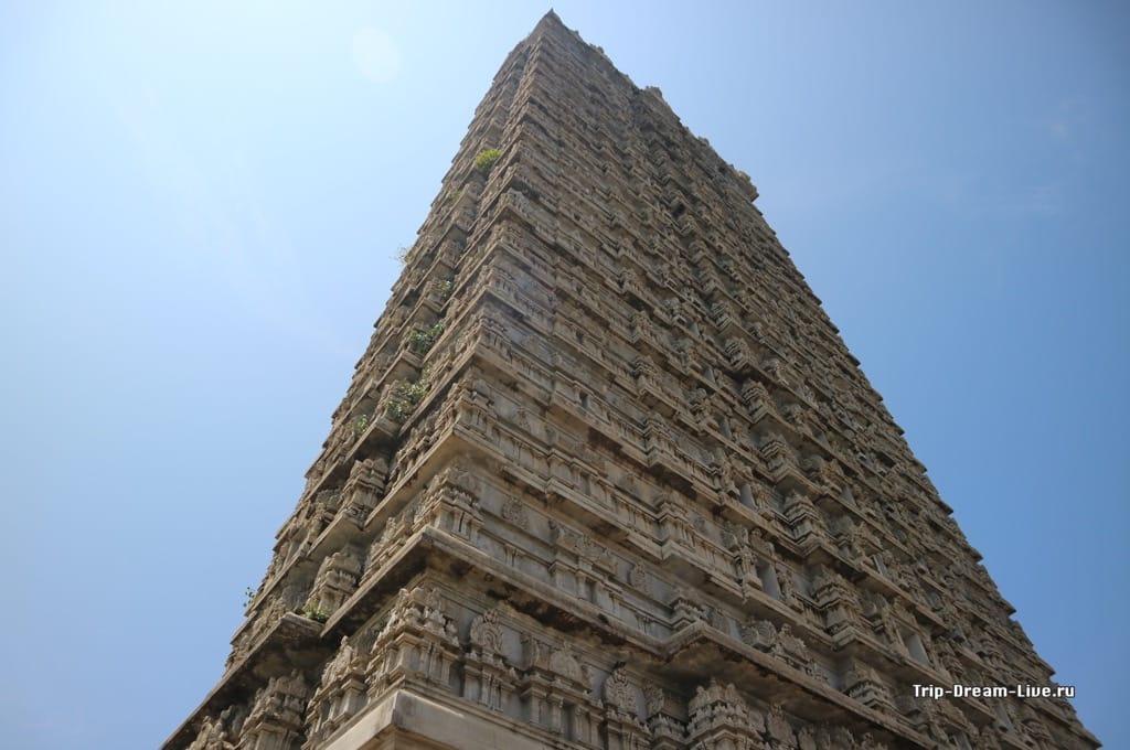 Гопурам на территории храмового комплекса в Мурдешваре