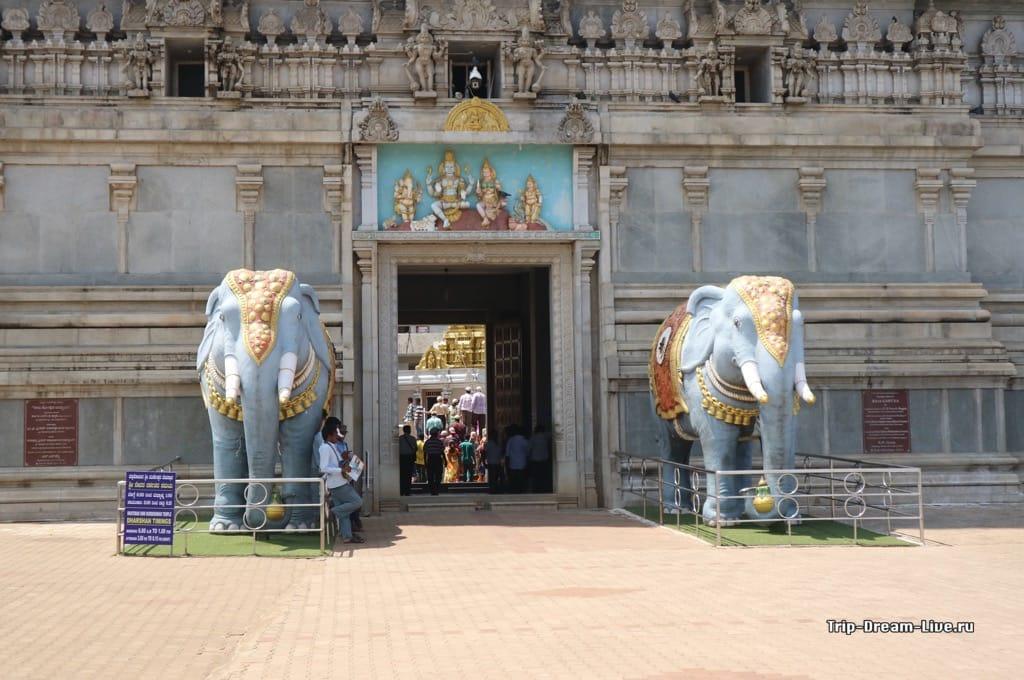 Вход в храм Шивы в Мурдешваре