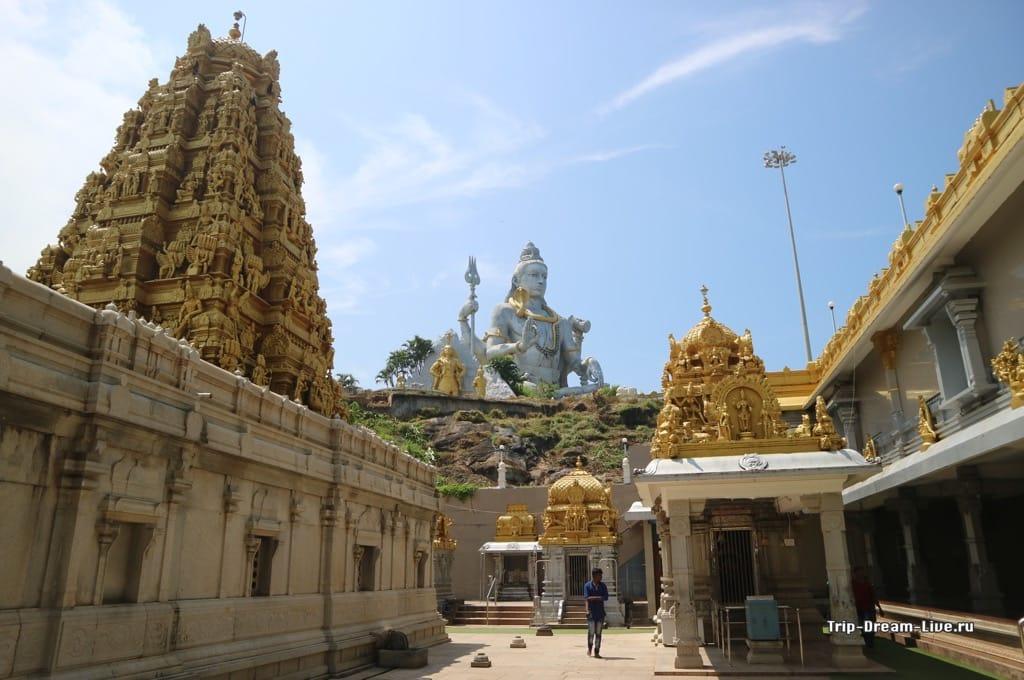 Вид на статую Шивы с территории храма