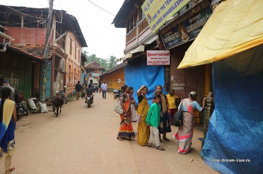 Центральная улица Гокарны, вход в Храм Махабалешвар