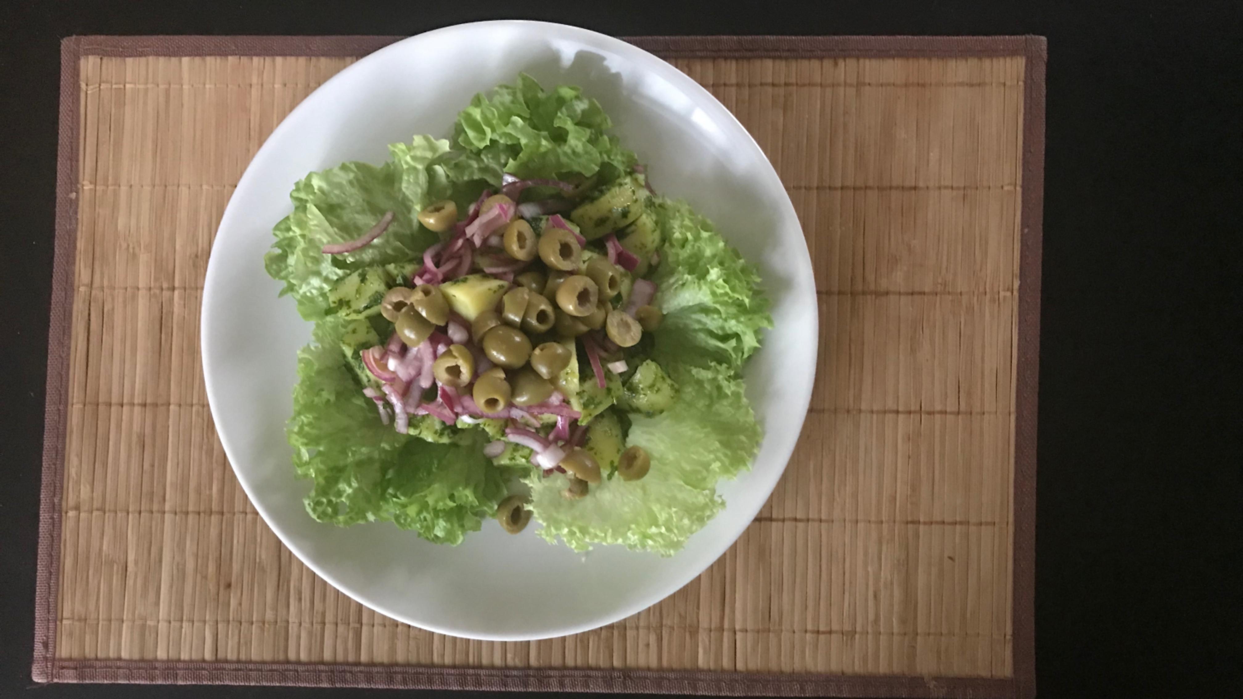 Картофельный салат с красным луком и оливками