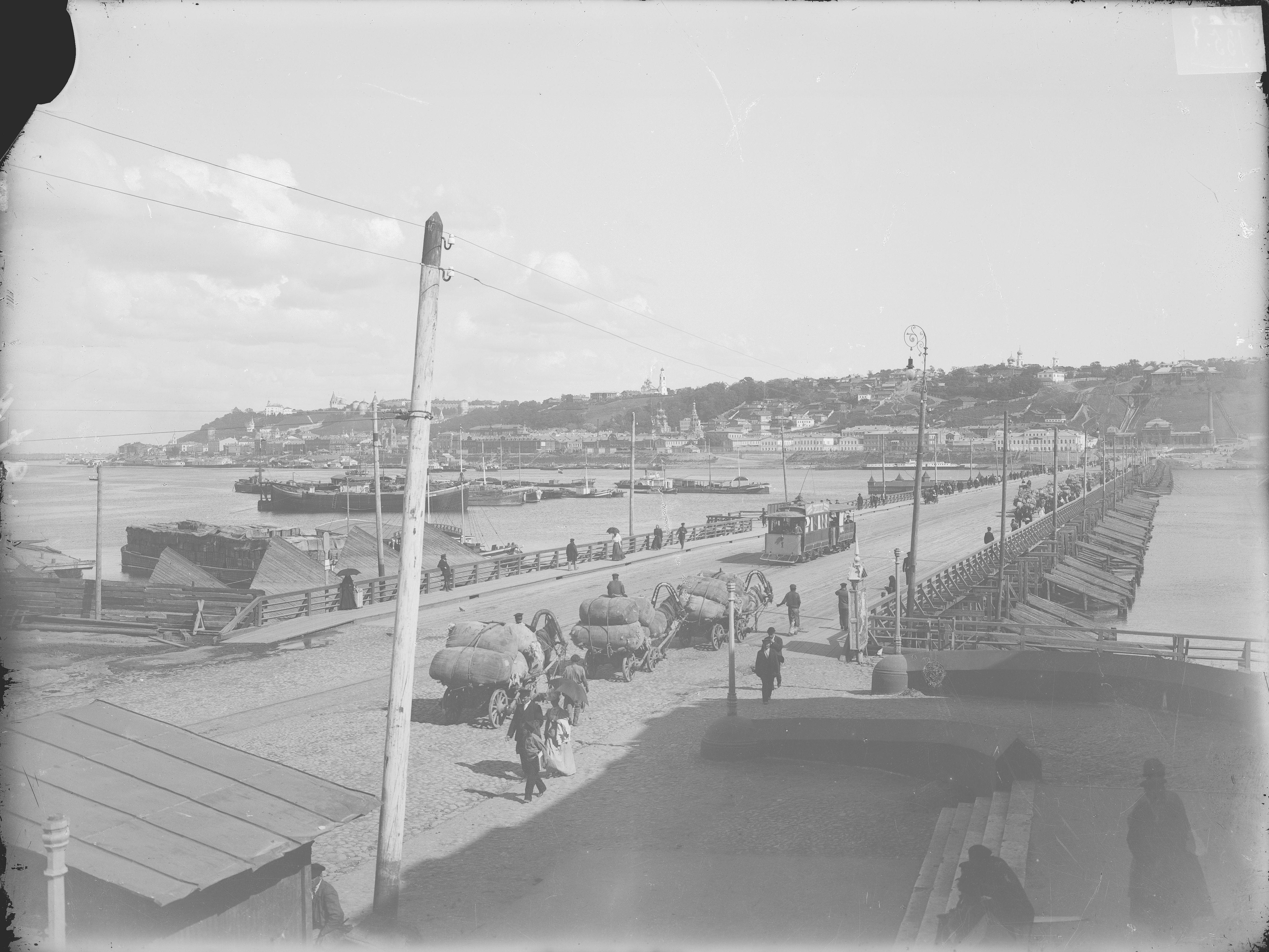 Вид нагорной части города и плашкоутного моста через реку Оку
