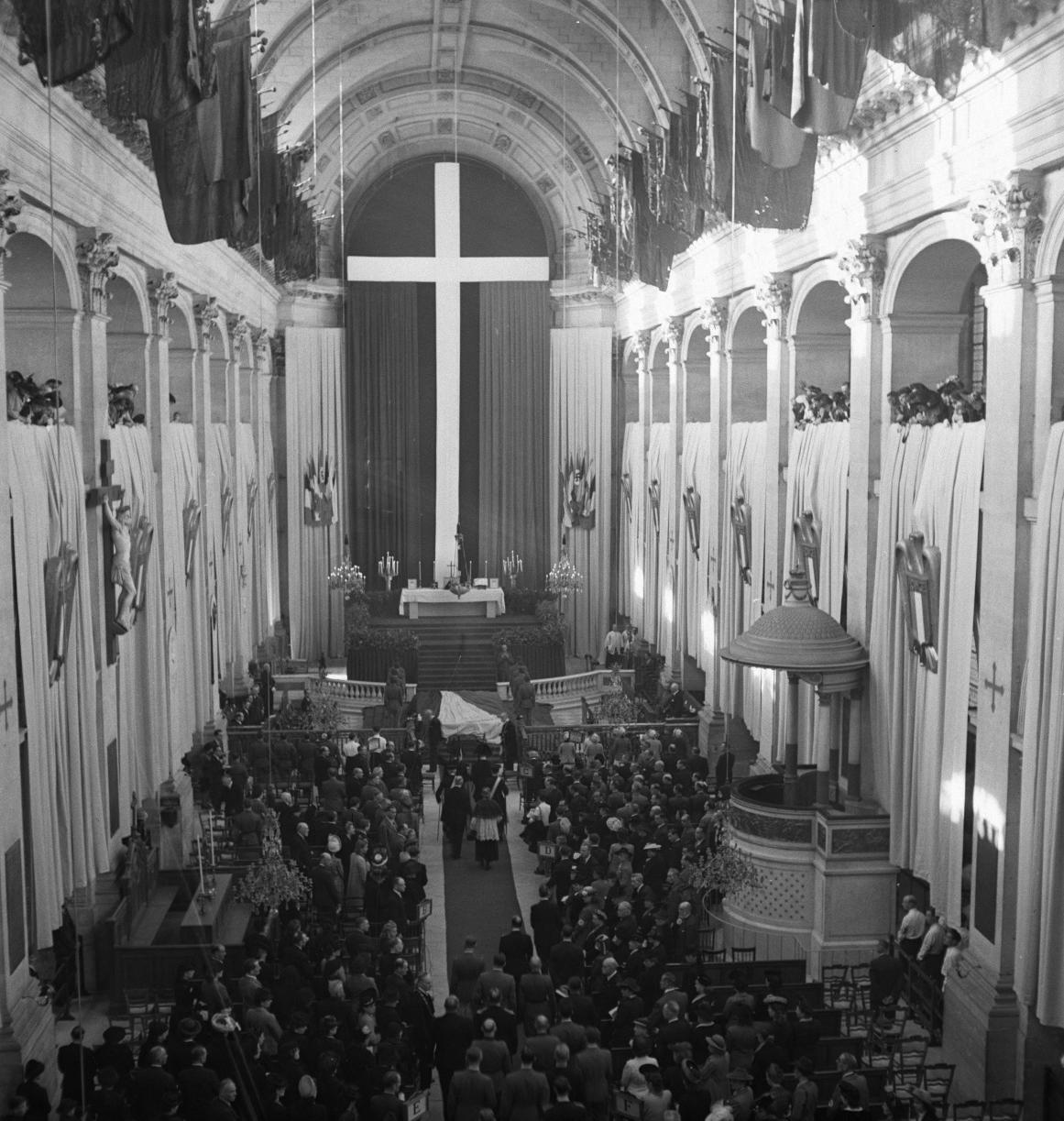 04. Церковь Сен-Луи де Инвалид великолепно оформлена к празднику. Огромный белый крест на синем и красном фоне
