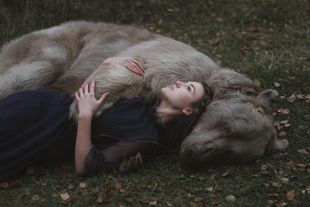 Самый видный из героев Ольгиных фотосессий – медведь Степан. Охотники нашли его голодным и покинутым
