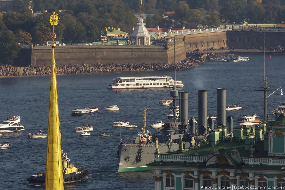 17. Вслед за ней шла целая флотилия катеров, лодок, речных трамвайчиков и вообще всего, что может по