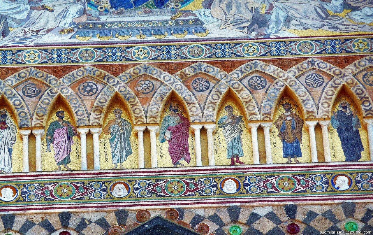 Фрески с изображением 12 апостолов