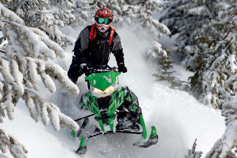 Управление снегоходом с упором на одно колено