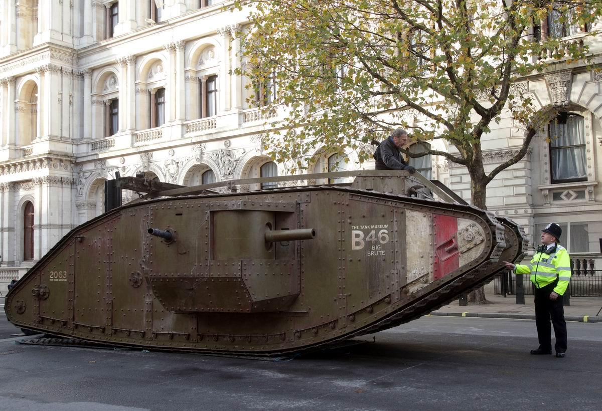 Дорожный полицейский и старый танк на улицах города: А вы уже прошли техосмотр?