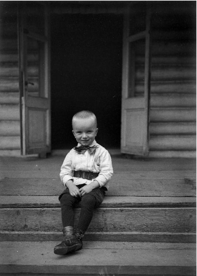 Г.В. Зевеке в возрасте 4-5 лет на крыльце дома