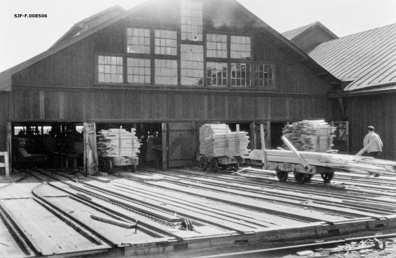 Лесопильный завод Ко. Онежского Лесного Торга. Один из производственных цехов