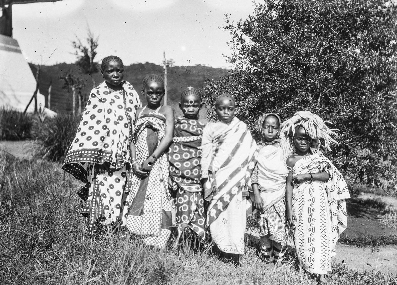292. Станция немецкого общества Восточной Африки (ДОАГ)  в Моши. Групповой портрет с шестью детьми в праздничной одежде